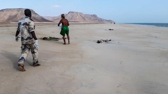 Le 29 janvier 2019, des sauveteurs relèvent les corps de migrants que la mer a rejetés, après le naufrage de leur embarcation au large d\'Obock, en épublique de Djibouti.