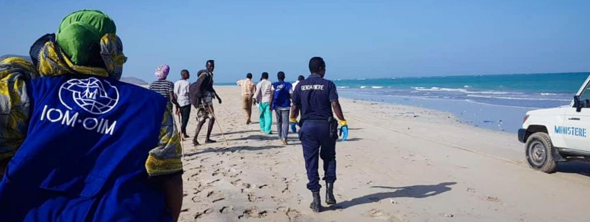 Des gendarmes et des bénévoles recherchent des corps le long des plages de la région de Godoria, en République de Djibouti, où deux bateaux de migrants ont coulé le 29 janvier 2019.
