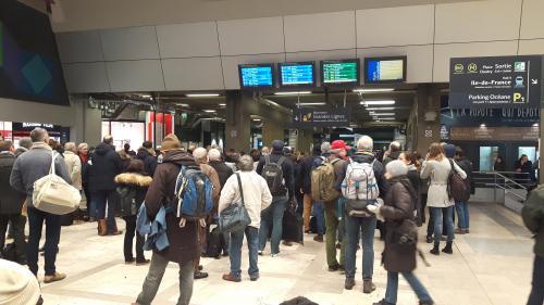 """VIDEO. Panne à la gare Montparnasse : """"La gare est très sollicitée depuis 18 mois"""", explique un spécialiste des transports"""