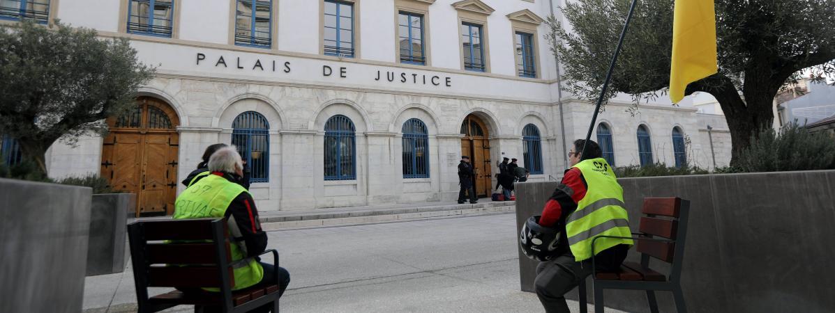 """Deux \""""gilets jaunes\"""" postés devant le TGI de Valence (Drôme), le 26 décembre 2018."""