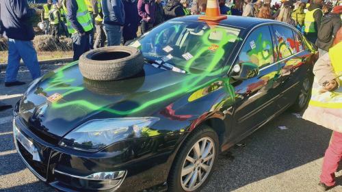 """Pneus crevés et voitures vandalisées : la préfète de l'Ardèche prise à partie par des """"gilets jaunes"""" à Aubenas"""