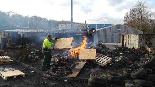 Pour protester contre la perte de leur emploi, ils brûlent du papier pour billets de banque étrangers