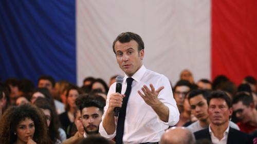 """""""C'est votre monde qu'on prépare"""" : Emmanuel Macron s'adresse aux jeunes pendant le débat national en Saône-et-Loire"""