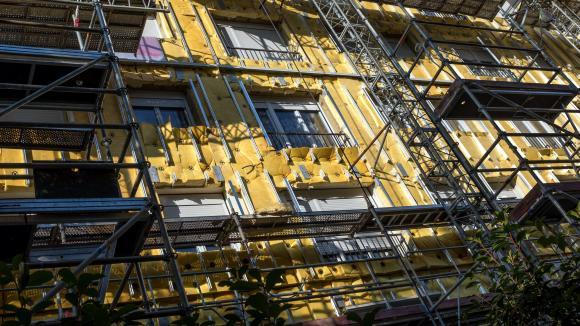 De nombreuses entreprises surfent sur le boom de la rénovation thermique, un secteur qui répond aux préoccupations environnementales des Français et dispose d'un fort soutien de l'Etat. Illustration sur l\'isolation thermique de la façaded\'un immeuble.