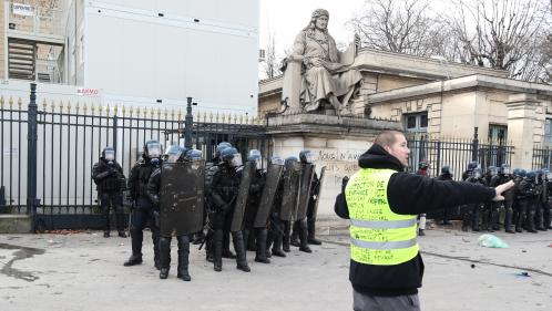 """Gilets jaunes"" : un manifestant a eu une main arrachée lors d'incidents à Paris"