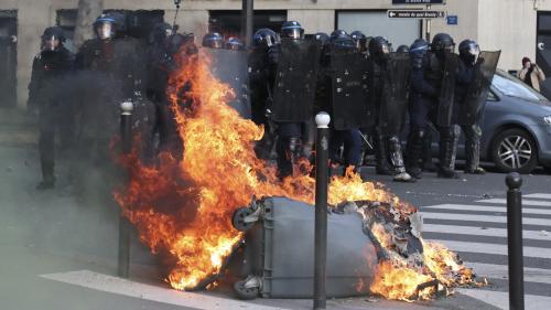 """DIRECT. """"Gilets jaunes"""" : des tensions au Champ-de-Mars à Paris, un véhicule Vigipirate incendié"""