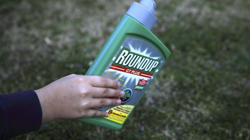 """VIDEO. """"Je pensais que je serais moins contaminé"""" : 45 personnes portent plainte après la détection de glyphosate dans leur urine"""