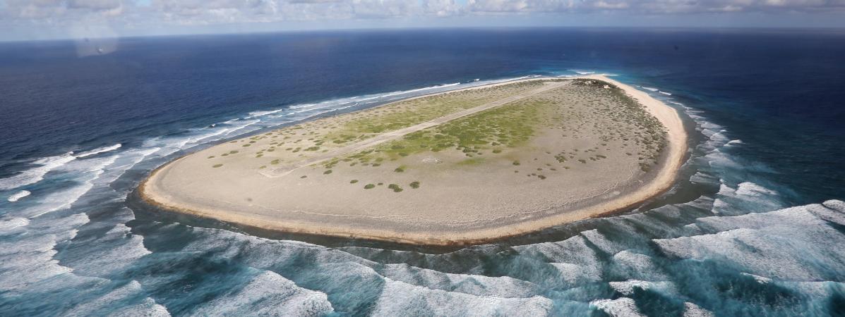 """Vue aérienne de l\'île française de Tromelin dans l\'océan Indien, l\'\""""île des esclaves oubliés\"""". Photo prise le 16 avril 2013."""