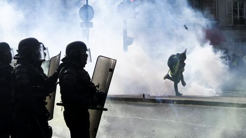 """Les gaz lacrymogènes lancés contre les """"gilets jaunes"""" contiennent-ils un composant du Zyklon B ?"""