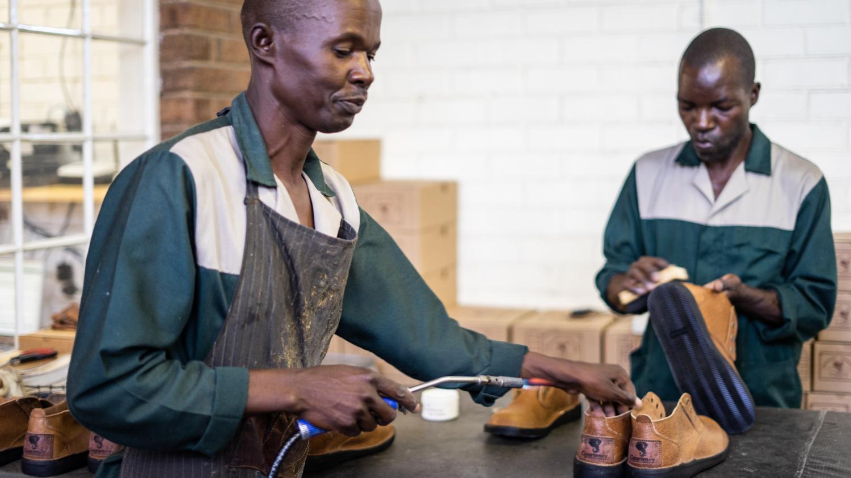 A Bulawayo, au Zimbabwe, une petite fabrique de souliers ne connaît pas la crise