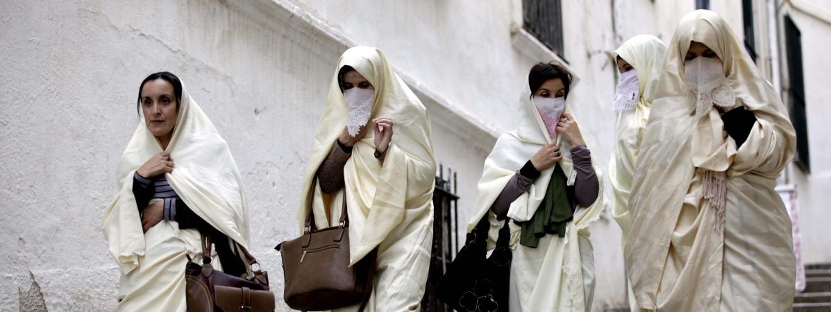 Un groupe de femmes en vêtement traditionnel, le haïk, dans les rues de la Casbah d\'Alger, le 21 novembre 2015.