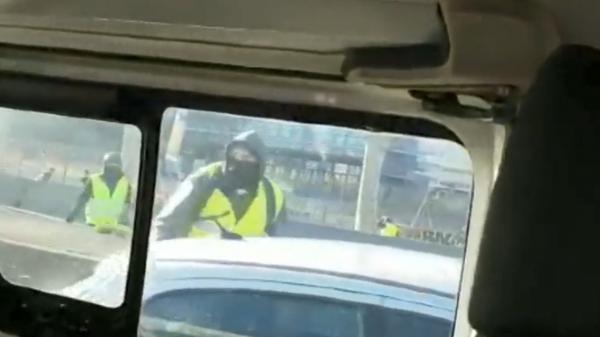 """Lyon : deux policiers dans leur fourgon attaqués par des casseurs """"gilets jaunes"""""""
