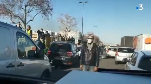 """""""Gilets jaunes"""" : ce que l'on sait de l'attaque d'un fourgon de police sur l'autoroute A7, à Lyon"""