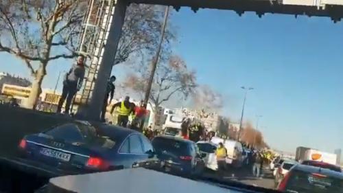 """Fourgon de police attaqué à Lyon : le parquet ouvre une enquête pour """"violences avec arme"""" et """"en réunion"""""""