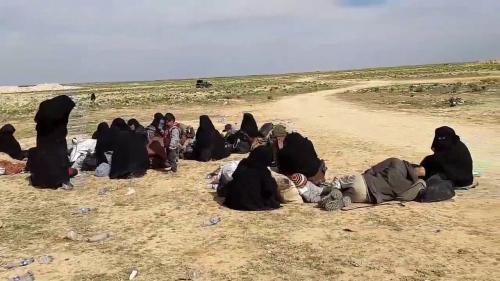 Syrie : à Baghouz, dernière enclave tenue par l'Etat islamique, des civils et des combattants se rendent avant la dernière offensive