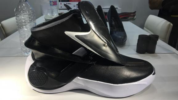 c918984ef02e Prototype de chaussure autolaçante présentée en 2016 au CES de Las Vegas par  la startup française