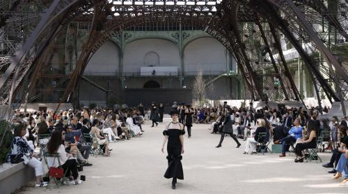 VIDEOS. Grand Palais, tour Eiffel, avion, fusée... Pour les défilés Chanel, Karl Lagerfeld avait le sens de la démesure