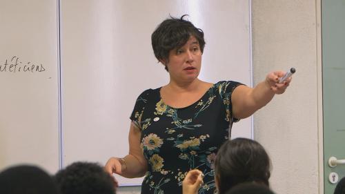 """VIDEO. """"Je dis, donc je suis"""" : en Seine-Saint-Denis, une prof de français développe l'éloquence de ses élèves"""