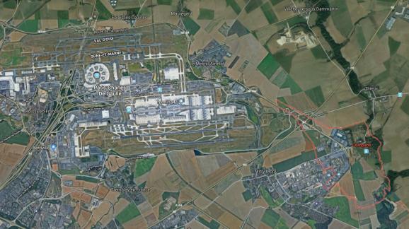 Le village de Compans est situé à seulement 4 km de l'extrémité de la piste sud de l'aéroport Paris–Charles–de–Gaulle.