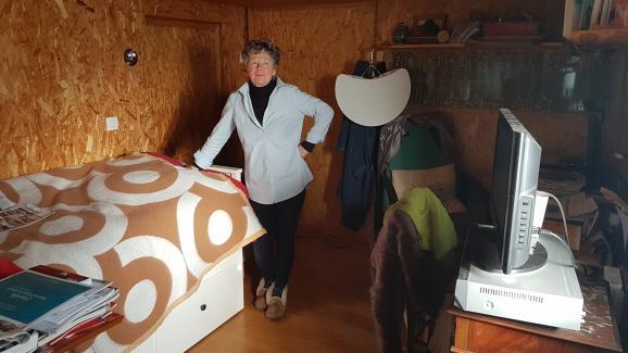 Catherine a délaissé l'étage de sa maison de Sannois (Val–d'Oise) pour aménager sa chambre au sous–sol.