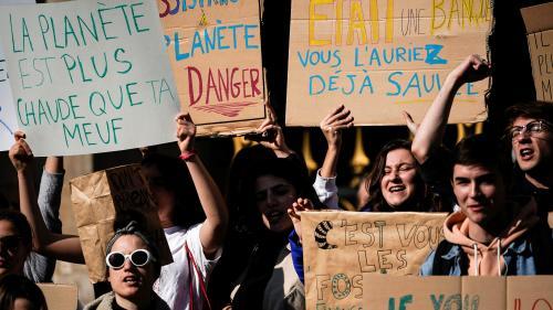 """EN IMAGES. """"Phoque le réchauffement climatique"""", """"la planète est plus chaude que ta meuf""""... Quand les jeunes marchent pour le climat à Paris"""