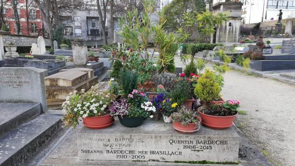 La tombe de Suzanne Bardèche, la sœur de Robert Brasillach, et de Maurice Bardèche, ami et beau-frère de Robert Brasillach, au cimetière de Charonne, à Paris, le 18 février 2019. La sépulture se trouve en face de celle de Robert Brasillach.
