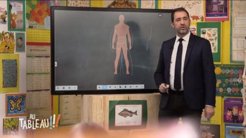 """VIDEO. Christophe Castaner explique l'usage des LBD à des enfants dans l'émission """"Au tableau!"""""""