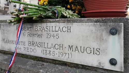 Qui fleurit encore la tombe de Robert Brasillach, figure de l'antisémitisme français ?