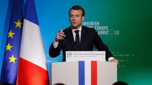 """VIDEO. Salon de l'agriculture : Emmanuel Macron veut """"faire du vignoble français le premier du monde sans glyphosate"""""""
