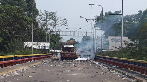 """""""Le monde est à vos côtés"""" : à la frontière avec le Venezuela, le président colombien est venu soutenir les Vénézuéliens après les violences du week-end"""