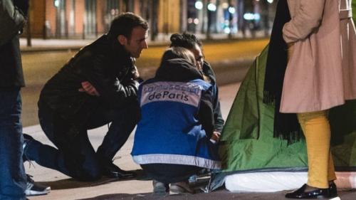 La photographe de l'Elysée diffuse une image d'Emmanuel Macron en maraude auprès de sans-abri