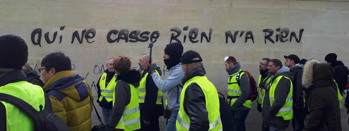 """Lors de l\'acte XIII des manifestations de gilets jaunes du 9 février 2019, une inscription sur les murs du ministère des affaires étrangères à Paris : \""""Qui ne casse rien,n\'a rien\""""."""