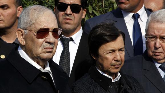 A gauche, lechef d'état-major de l'armée, Ahmed Gaïd Salah, et à droite,Saïd Bouteflika, le 10 décembre 2017 à Alger.