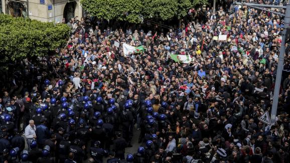 Des Algériens manifestent dans les rues d\'Alger contre la candidature d\'Abdelaziz Bouteflika, le24 février 2019.