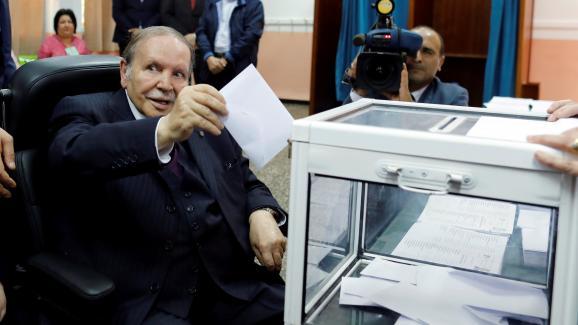 Abdelaziz Bouteflika vote pour les élections législatives, le 4 mai 2017, à Alger.