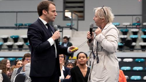 VIDEO. En plein débat à Pessac, une femme offre un collier avec un mini gilet jaune à Emmanuel Macron