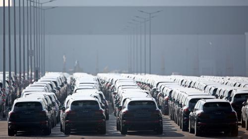 """Pollution : la classification Crit'Air est-elle une """"arnaque"""" si une Twingo et une Porsche peuvent avoir la même vignette ?"""