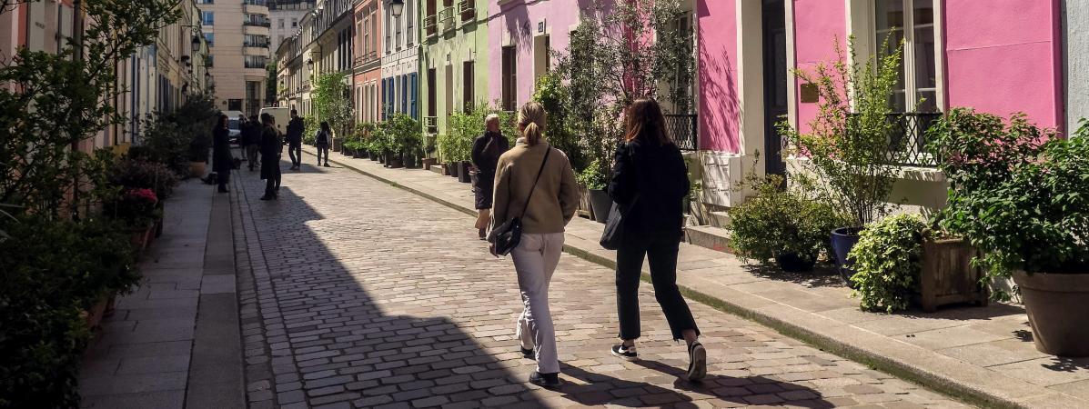 """""""C'est devenu l'enfer"""" : à Paris, l'exaspération des habitants de la rue Crémieux face au défilé des instag..."""