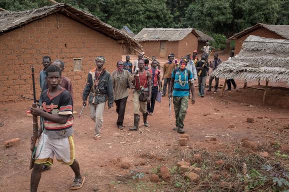 Hommes appartenant aux groupes anti-balaka en train de marcher près de Gambo (sud-est de la Centrafrique) le 13 mai 2017.
