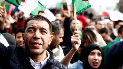 """EN IMAGES. """"Non au mandat de la honte"""" : des milliers d'opposants à Abdelaziz Bouteflika manifestent en France"""