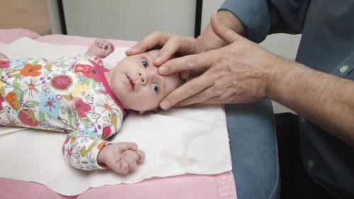 Dangereuse, efficace, sans effet? L'ostéopathie sur les nourrissons, une pratique qui divise