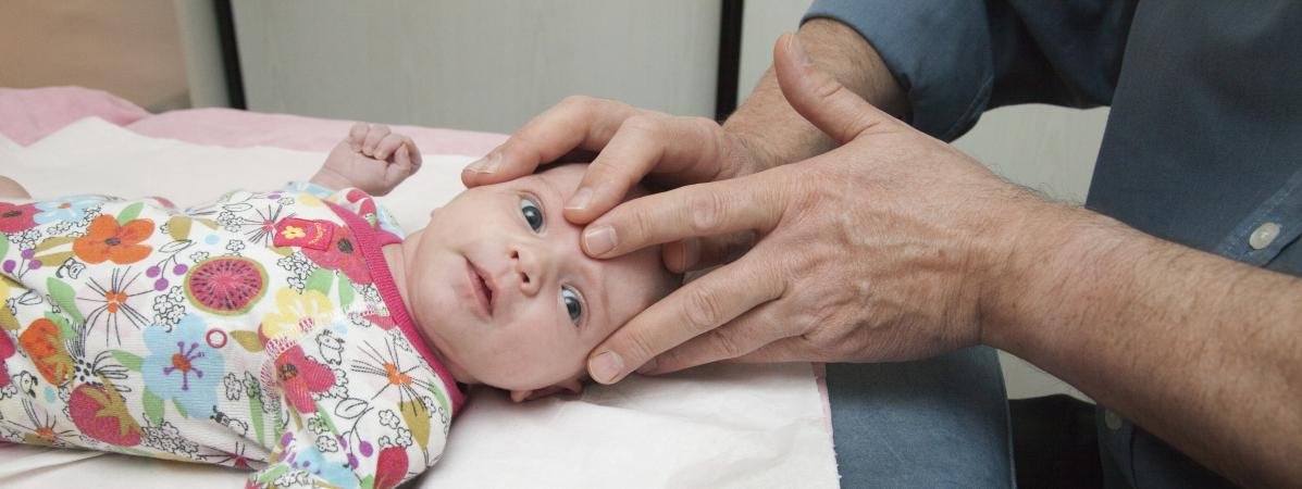 Un enfant d\'un mois lors d\'une séance d\'ostéopathie, en 2012. (Photo d\'illustration)