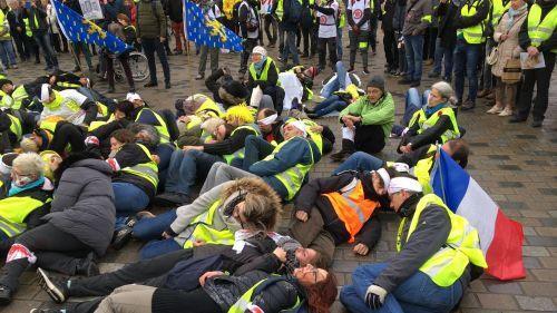 """""""Eborgnés, mutilés, levez-vous !"""" : à Besançon, une manifestation dit stop à l'usage des LBD"""