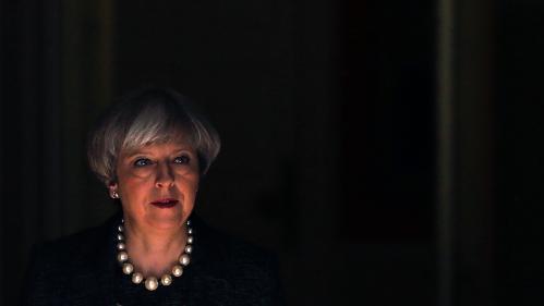 """""""Sans convictions"""", """"un robot"""" : chargée de trouver une issue au Brexit, l'énigmatique Theresa May cristallise les critiques"""