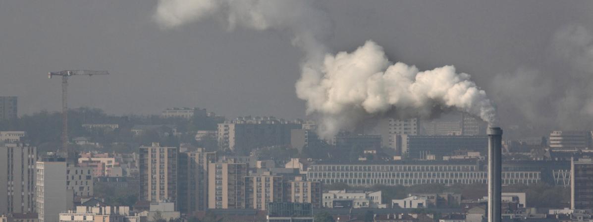 Une usine relâche de la fumée à Ivry-sur-Seine (Val-de-Marne), le28 janvier 2019.