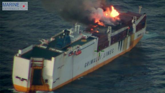 """Le navire italien """"Grande America"""" en feu au large des côtes françaises, le 11 mars 2019."""