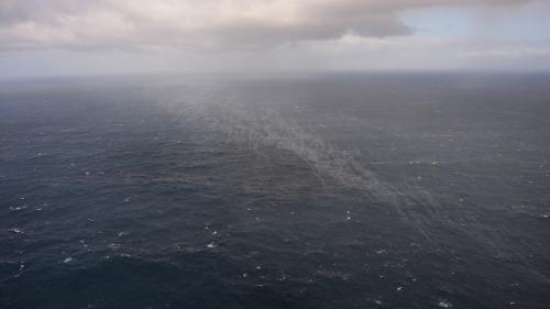 """DIRECT. """"Grande America"""" : deux nappes de fioul ont été détectées, elles se déplacent vers l'Est à une vitesse d'environ 30 km par jour"""