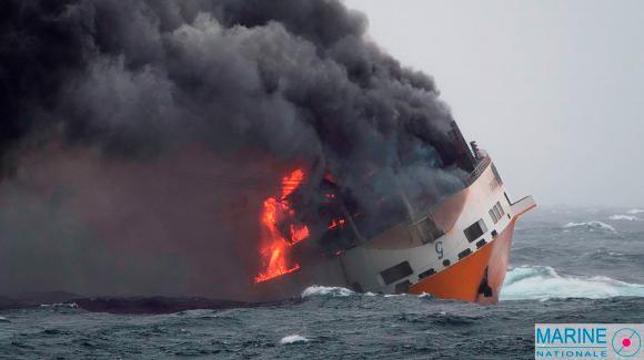 """Le """"Grande America"""" en feu, avant de couler, dans le golfe de Gascogne, le 12 mars 2019."""