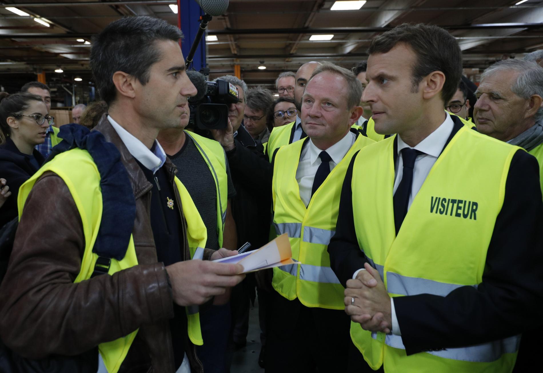 Le président de la République, Emmanuel Macron, en visite sur le site de l\'usine Whirlpool d\'Amiens (Somme) avec François Ruffin, le 3 octobre 2017.