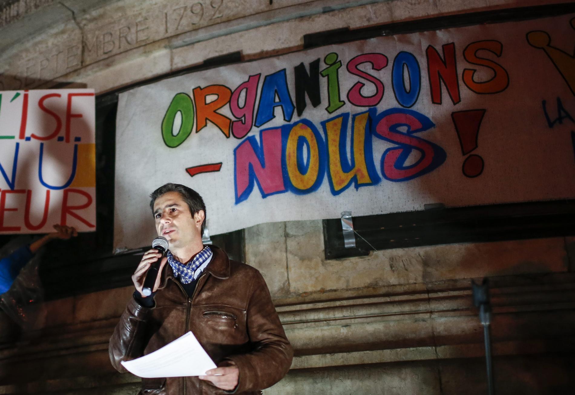 """François Ruffin lors de l\'assemblée générale de \""""Hé Paris, on se bouge ?\"""", organisée par le mouvement \""""La Fête à Macron\"""" pour une convergence des luttes avec les \""""gilets jaunes\"""", place de la République, à Paris, le 29 novembre 2018."""